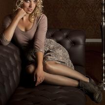 Foto von Model Ines auf Sofa