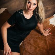 Model Maristella sitzend auf Kuhfell