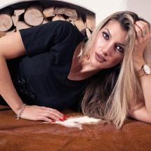 Model Model Maristella liegend auf Kuhfell vor Kamin