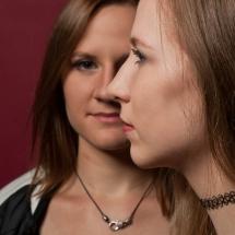 Sich Kreuzende Blicke der Modelle Nadja und Christin im Studio