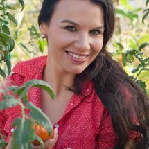 Model Nadine zwischen Tomatenpflanzen