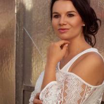 Model Nadine vor Ornamentglastür